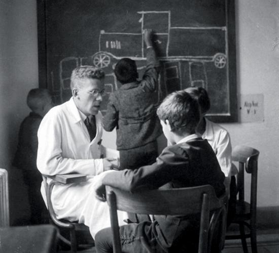 Hans Asperger osztrák gyermekorvos, egyetemi tanár, az osztrák gyógypedagógiai társaság elnöke 1944-ben írta le a róla elnevezett tünetcsoport jellemzőit.
