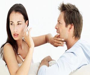 Beszélgetnek egymással, de a beszélgetés tárgya többnyire a másik kritizálása, átnevelése.