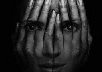 A rejtőzködő nő